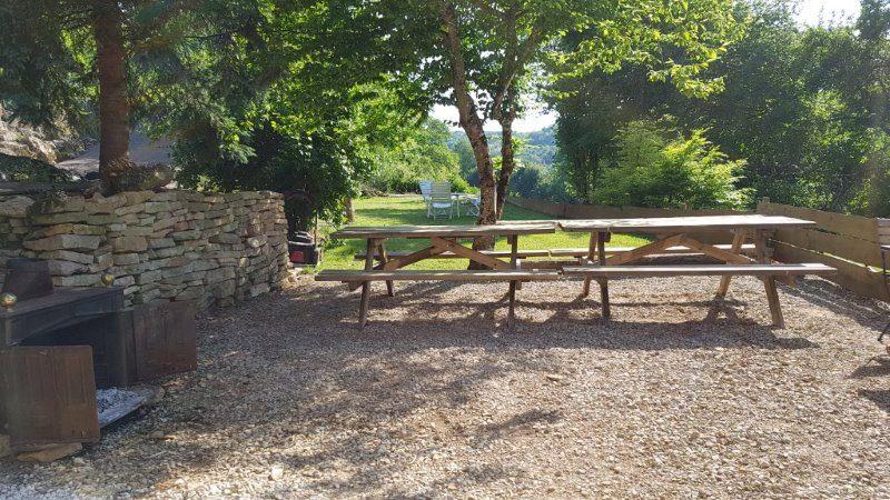 Eettafel in de tuin van Les Hiboux
